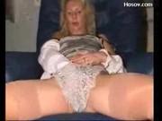 Русская милфа играет с киской